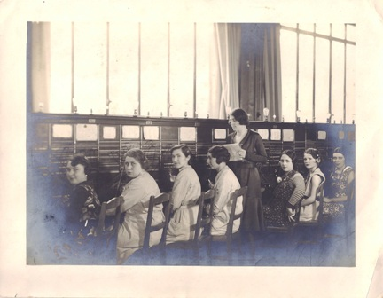 photo-du-standard-telephonique-de-la-7eme-section-de-depart-ou-madame-fraysse-travaillait en 1932-1ere-personne-en-partant-de-la-gauche
